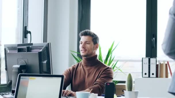 Video dvou mladých obchodních kolegů, kteří pracují společně s počítačem na digitálním tabletu v moderním pracovním prostoru. Koncept brainstorming.