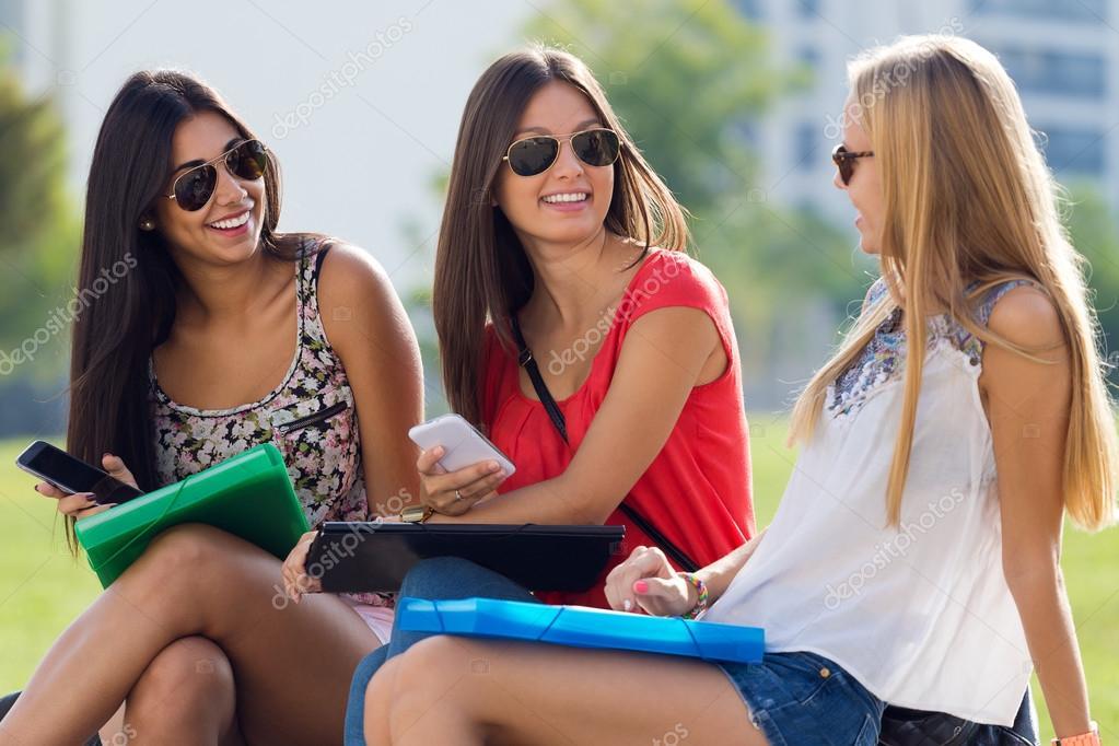 chicas bonitas estudiantes divirtindose en el parque despus de la