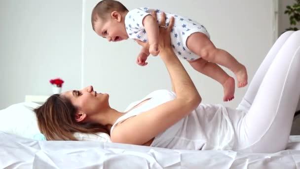 Matka a dítě hrát a usmívá se doma