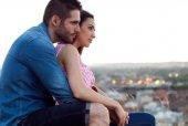 Fotografie mladí turistické pár při pohledu na názory ve městě