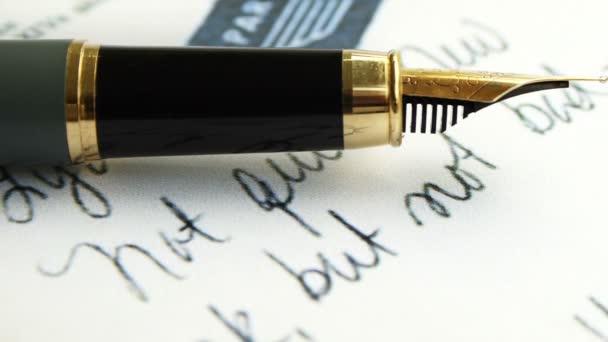 Füllfederhalter auf alten Brief-Text-Dolly erschossen