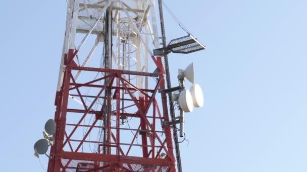 Telekomunikační mobilní věž proti modrému nebi