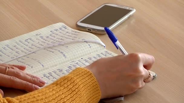 női kézi írás egy notebook