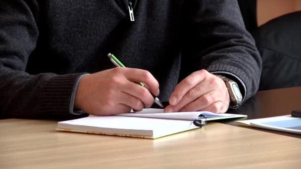 férfi kézi írás egy notebook