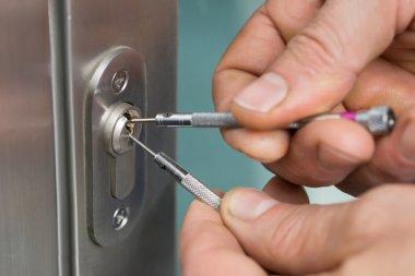 Lockpicker Fixing Door