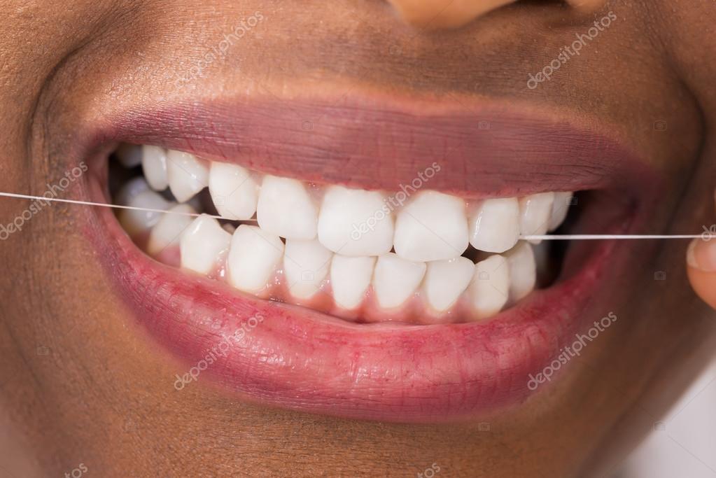 fec41e005 fio dental dentes mulher — Fotografias de Stock © AndreyPopov  108386646