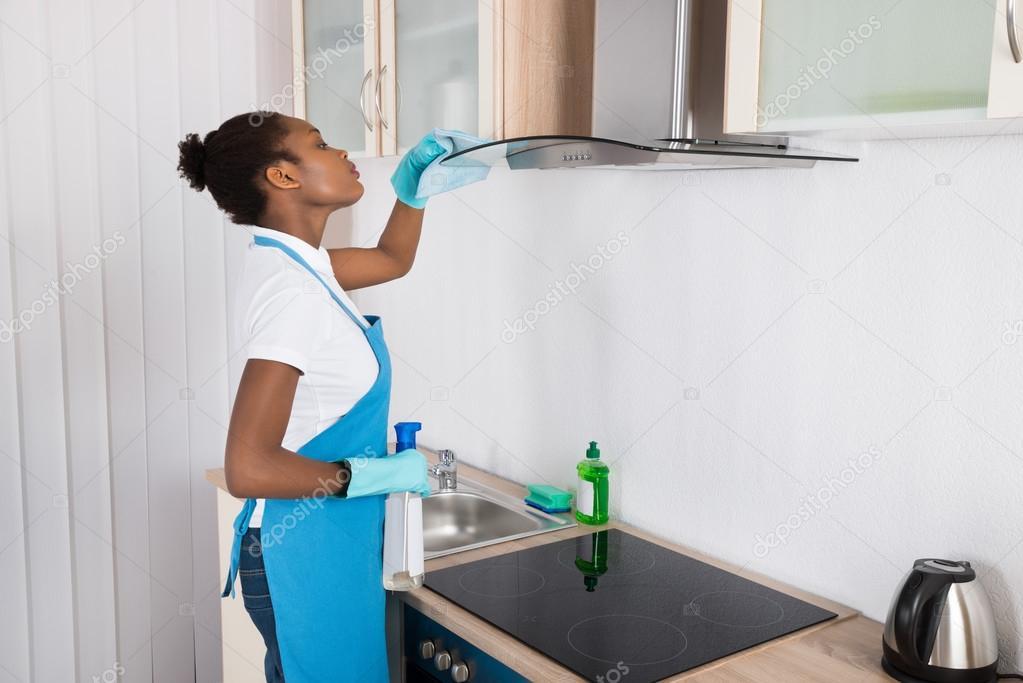 Frau reinigung dunstabzugshaube mit rag u stockfoto andreypopov
