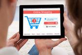 Paar kauft online auf digitalem Tablet ein
