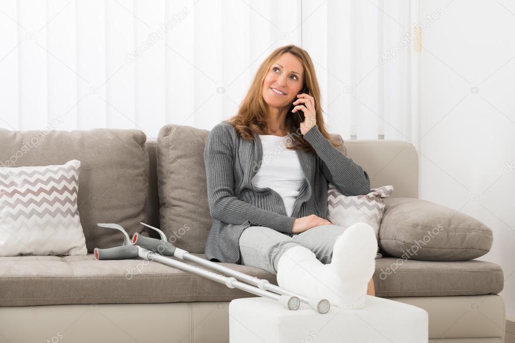 Femme avec jambe pl tr e parler sur t l phone mobile photographie andreypopov 113203292 - Photo jambe femme ...