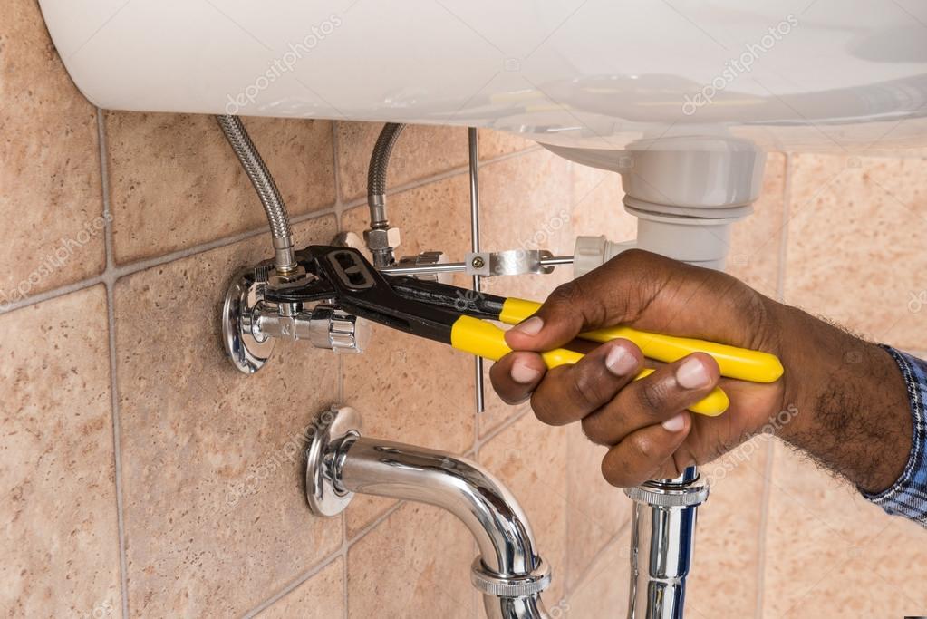Loodgieter de Hand repareren wastafel In badkamer — Stockfoto ...