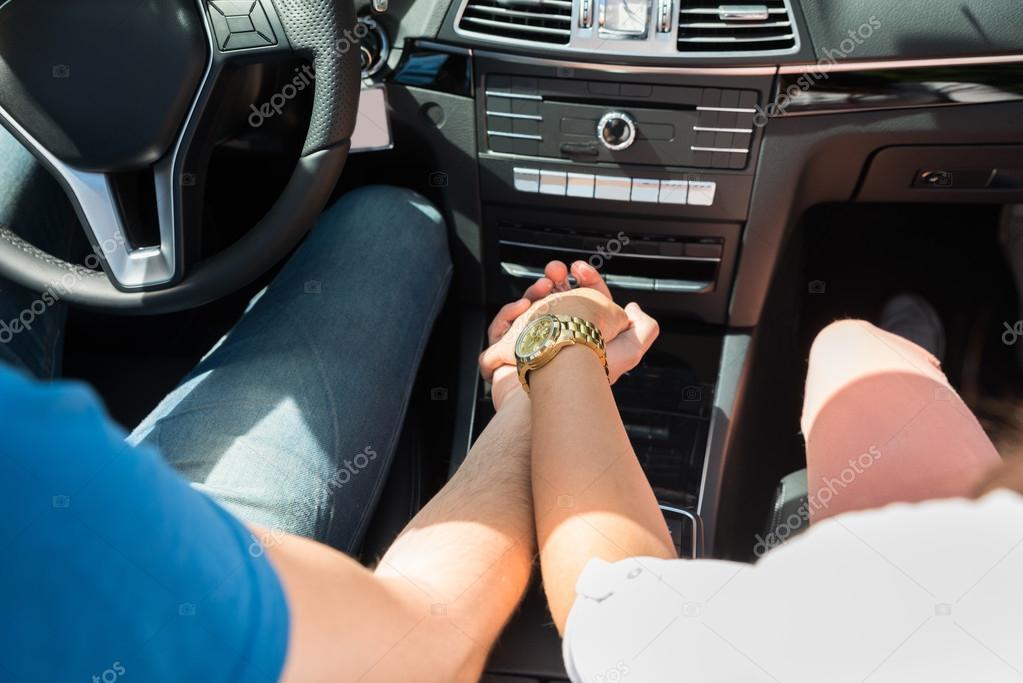 Paar Hand In Hand In Ein Auto Stockfoto C Andreypopov 119317344