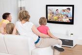 Fényképek fiatal család együtt tv-nézés