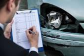 Fényképek biztosítási ügynök vizsgálata autó baleset után