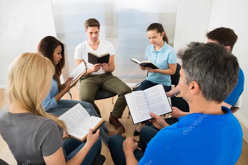 Matrimonio Leyendo La Biblia : Fotos gente leyendo la biblia amigos