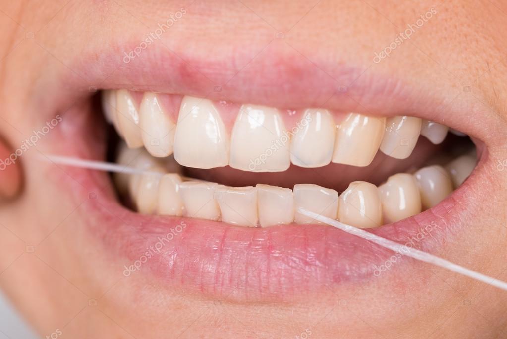 e6eeb23cc fio dental dentes mulher — Fotografias de Stock © AndreyPopov  72570379
