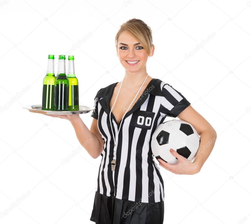 6b6581a0acd Retrato de joven mujer árbitro sostiene bebidas y fútbol — Foto de ...