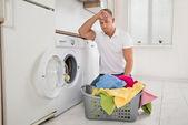Fényképek Fáradt férfi ruhák betöltése a mosógép