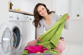 Fotografie Frau Waschen von Kleidung In der Waschmaschine
