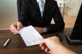 Podnikatel dát šek k jiné osobě