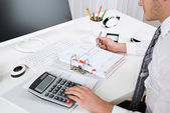 Geschäftsmann Berechnung des Budgets