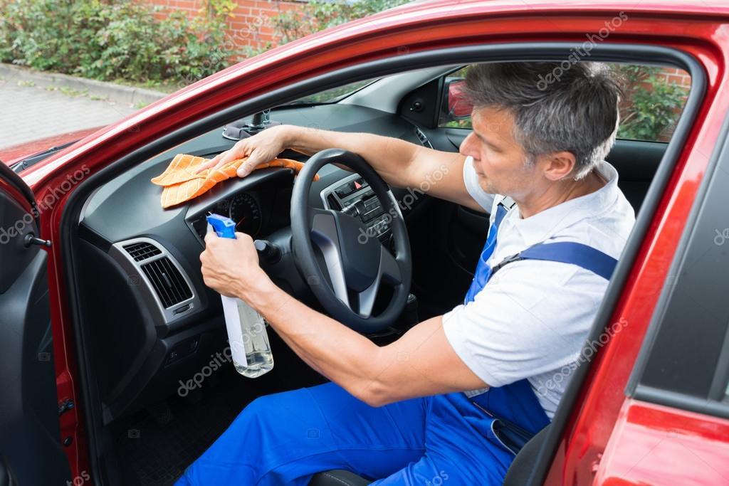 volwassen man schoonmaak auto interieur foto van andreypopov