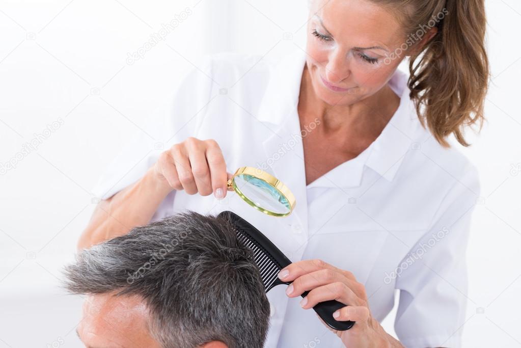 Dermatólogo en cabello del paciente — Fotos de Stock © AndreyPopov ...