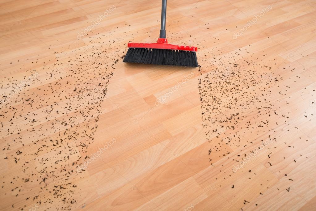 besen reinigen schmutz auf holzboden stockfoto 91703416. Black Bedroom Furniture Sets. Home Design Ideas