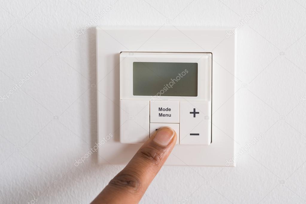 Aanpassen van kamertemperatuur op digitale thermostaat — Stockfoto ...