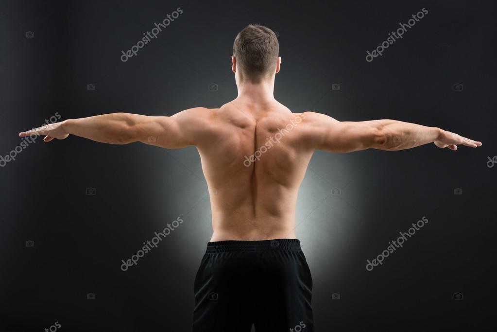 Hombre musculoso pie brazos extendidos — Fotos de Stock ...