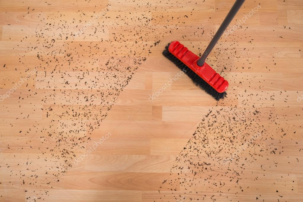 Holzfußboden Reinigen ~ Besen reinigen schmutz u2014 stockfoto © andreypopov #95377538