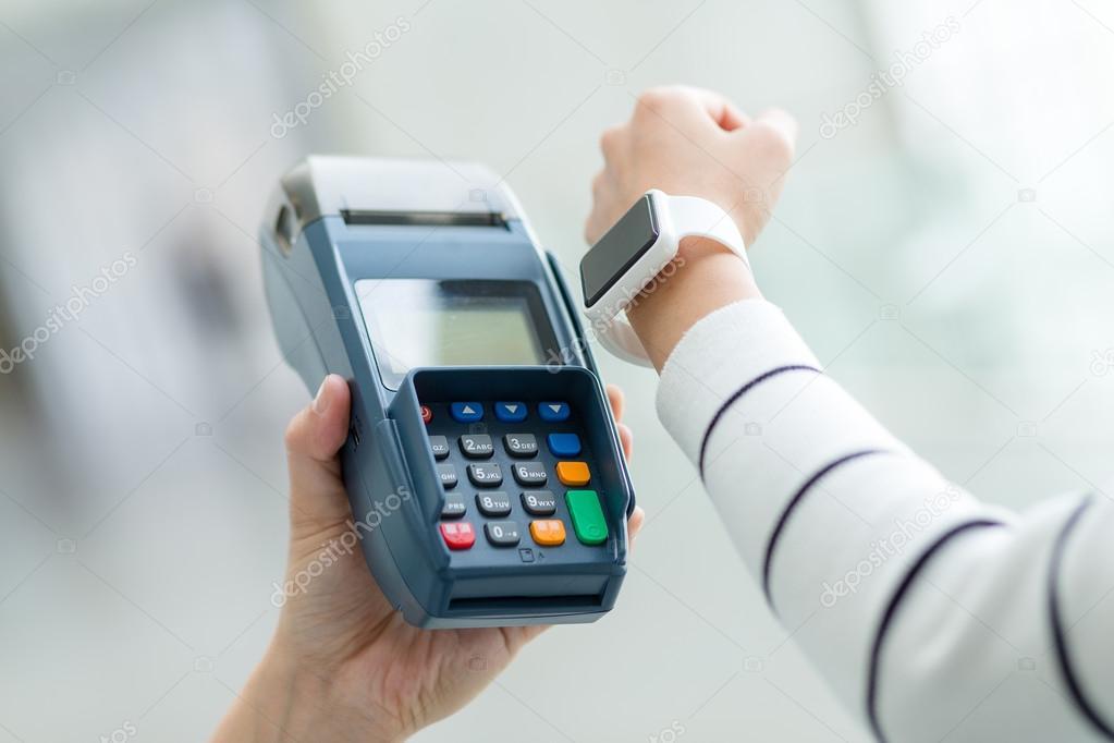Frau Die Zahlung Der Rechnung Von Smart Watch Stockfoto