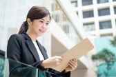 Fotografie mladá asijská podnikatelka v obleku