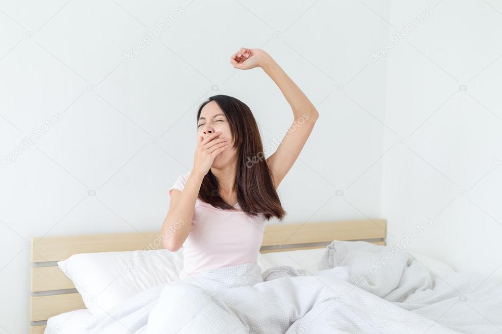 Hombre despertando por la mañana   Foto Premium