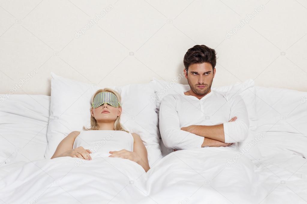 Mann mit Frau schläft im Bett - Stockfotografie