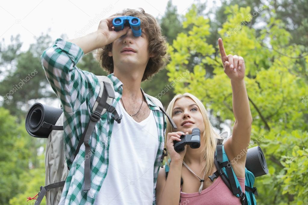 Männlichen wanderer mit fernglas u2014 stockfoto © londondeposit #57287687