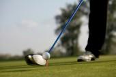 osoba hrát golf