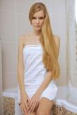 Fotografie Junge Frau trägt ein Handtuch