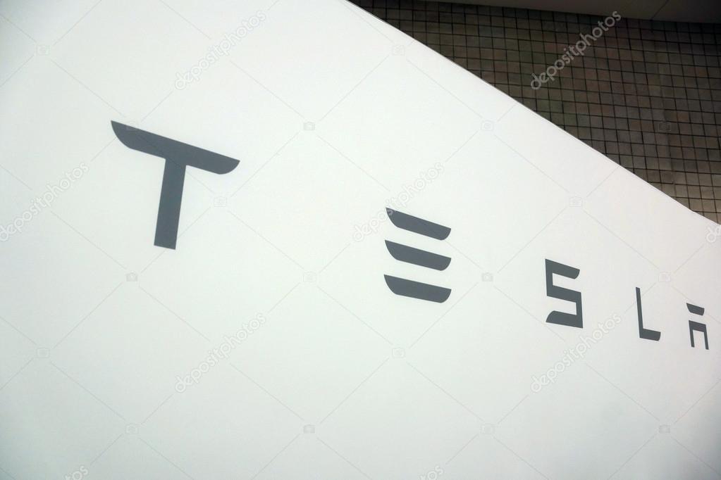 Signe de Tesla blanc avec texte gris lors de l\'exposition du ...