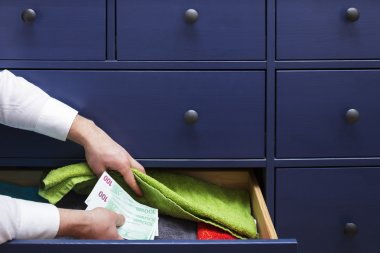 Man hides a salary in euros in a drawer