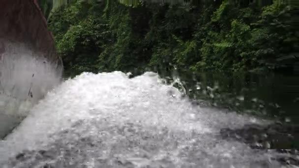 Stříkající vodě člun