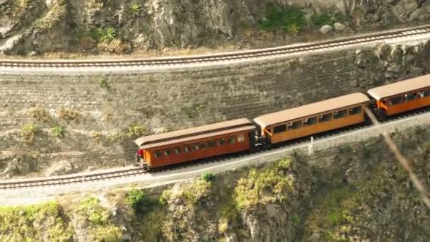 Turistický vlak v Nariz Del Diablo v cik cak vzoru železniční kvůli vysoké nadmořské výšce rozdíl