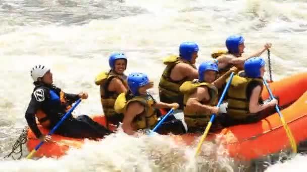 Wildwasser River Rafting Boot mit Menschen Modell Release Extremsport