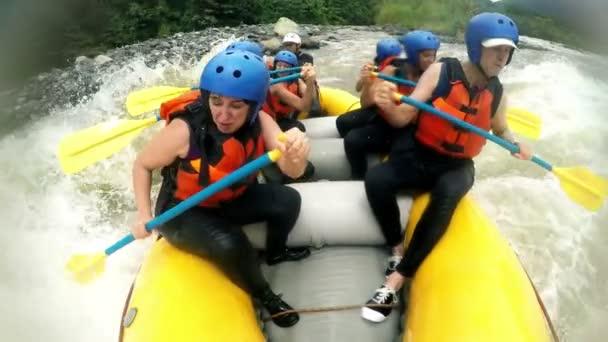 Wildwasser-Rafting auf riesigen Wellen