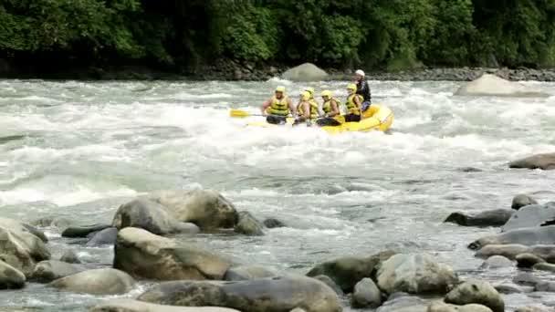 Sjíždění divoké řeky na raftu