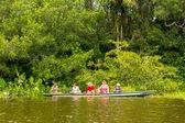Csónak a turisták amazóniai dzsungel