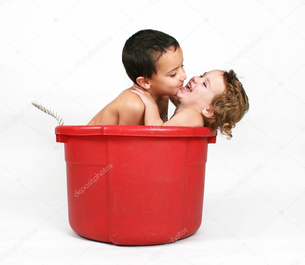Скачать брат и сестра в ванной