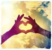 Zwei Hände machen Herzform Himmel