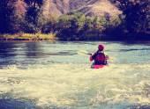 Fotografie žena na drsné řeky