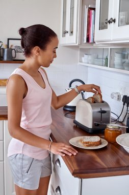 woman making breakfast toast