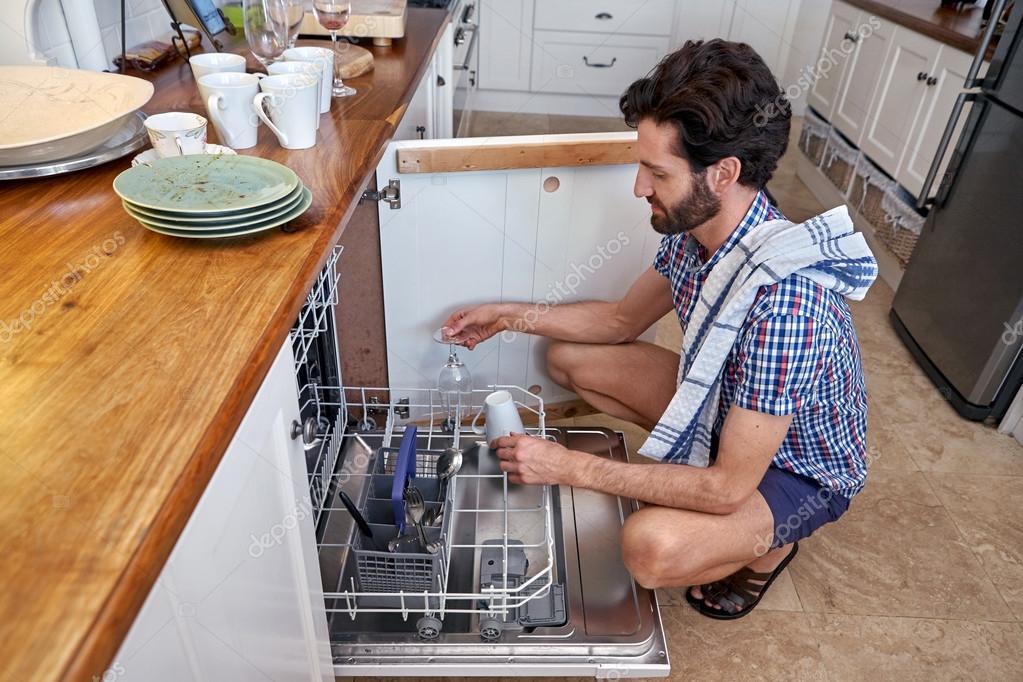 Hombre embalaje platos en máquina lavavajillas — Foto de stock ...
